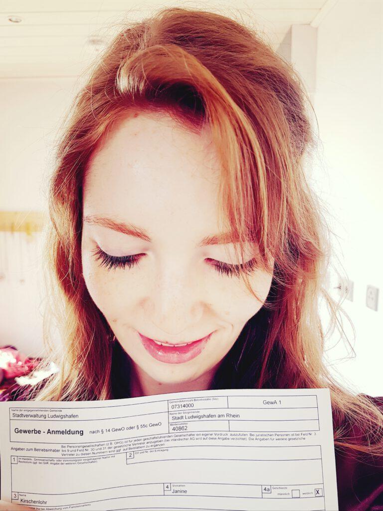 Janine Kirschenlohr zeigt strahlend ihre Gewerbeanmeldung