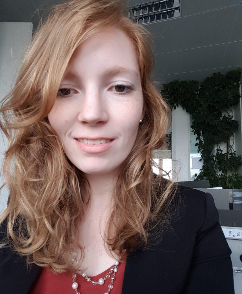 Janine Kirschenlohr schaut lächelnd in die Kamera