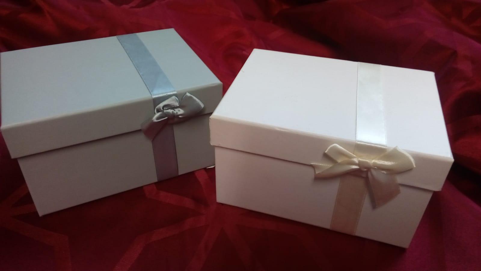 graue und cremé-farbene Geschenkbox für vier individuell gewählte Gewürze von Aromatikus