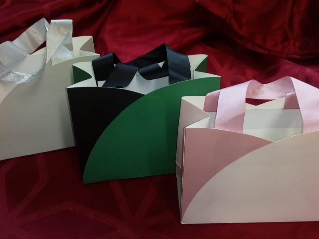 graue, grüne und rosa Geschenktüten für vier individuell gewählte Gewürze von Aromatikus