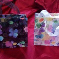 schwarze und weisse Geschenktüten für vier individuell gewählte Gewürze von Aromatikus