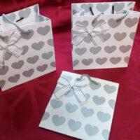 weiße Geschenktüten mit Herzmotiv für vier individuell gewählte Gewürze von Aromatikus